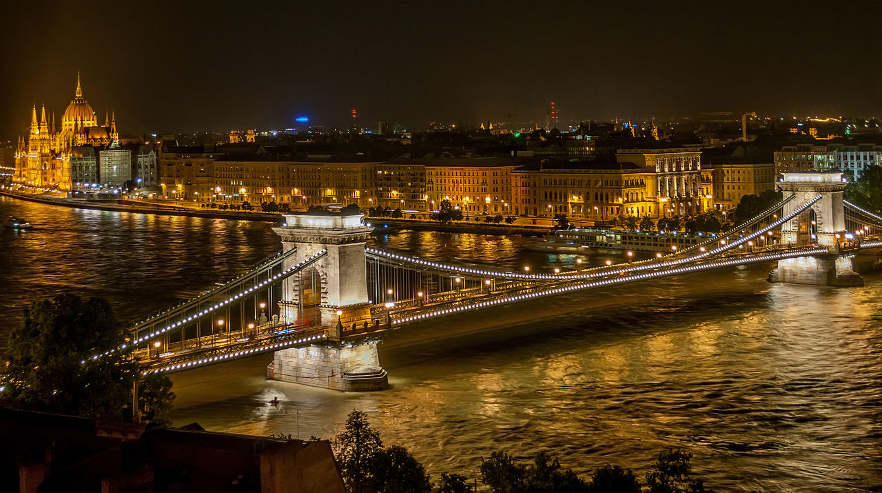 szechenyi_chain_bridge_in_budapest_at_night